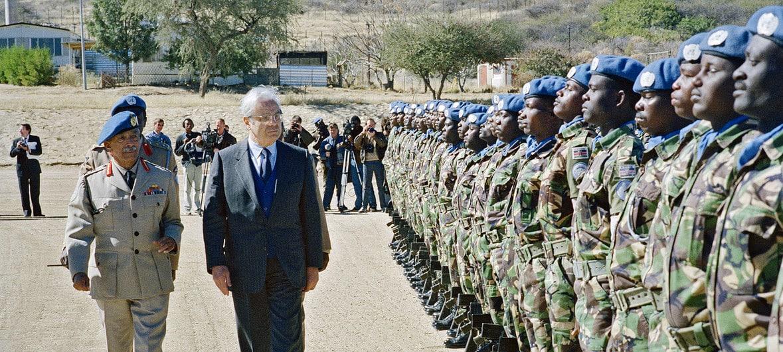 Javier Pérez de Cuéllar, el Secretario General, visita las jefaturas militares del Grupo de Asistencia de Transición de la ONU (UNTAG) en la base Suiderhof, Windhoek, Namibia, en julio de 1989.UN Photo / Milton Grant